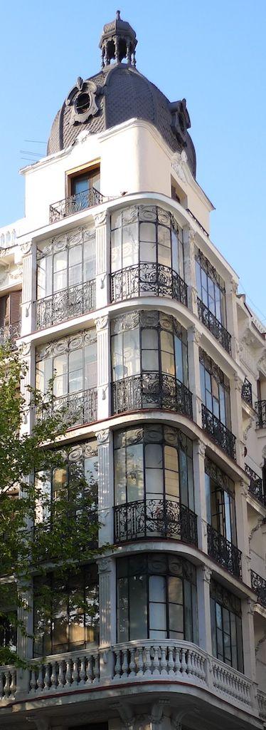 Edificio en la calle de Atocha, Madrid. the architecture in this city is mindblowing.