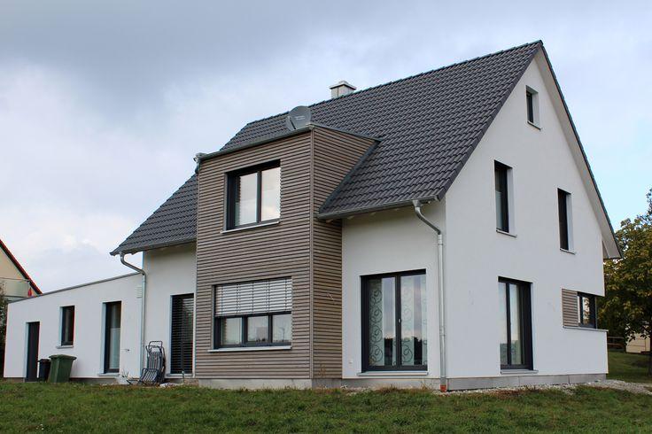 einfamilienhaus modern holzhaus satteldach gaube mit flachdach holzfassade modern eckfenster. Black Bedroom Furniture Sets. Home Design Ideas