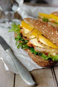 Bereiden: Sla de kipfilets wat platter en breng op smaak met zout en peper. Gril of bak ze samen met de ui goed gaar. Leg de gebakken kip op een bord en dek het af met aluminiumfolie. Pel de mango, snijd de helft ervan in dikke plakken en gebruik een staafmixer om de andere helft te pureren.