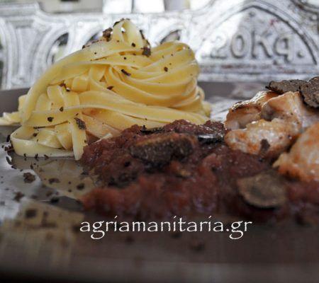 Κοτόπουλο με μαύρη τρούφα σε σάλτσα Μαυροδάφνης