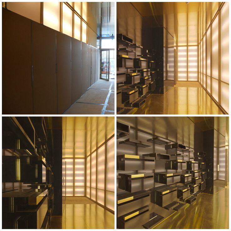 Voor en na. Een mooie entreehal in Antwerpen. Materiaal: Alouette Puur Gloss hoogglans zwart. Door: Heri interieurprojecten