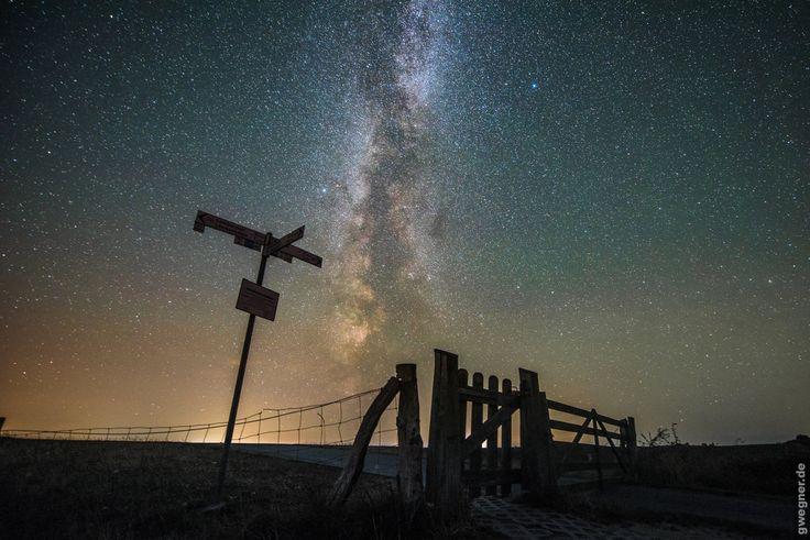 Oft habe ich schon Fotos und Zeitraffer der Milchstraße gezeigt. Heute möchte ich euch daher einmal erklären, wie ich bei der Aufnahme und Bearbeitung der Fotos vorgegangen bin. Zunächst jedoch möchte ich einen kleinen Abstecher in die Astronomie machen und euch erklären, was unsere Milchstraße eigentlich ist und was ihre große Faszination ausmacht. Unsere Galaxie …