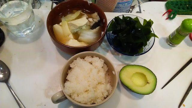 神田森莉 ハムブログ: オオゼキで買ったタラと豆腐を鍋にしたもの、生わかめ、アボガド#朝食#夕食#昼食#ランチ#グルメ#ディナー#食事 #料理 #食料 #食べ物 #ご飯 #Breakfast #dinner #lunch #gourmet #meal #Dish #food #rice #cook #cooking