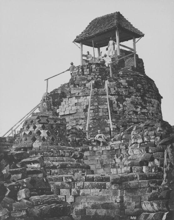 COLLECTIE TROPENMUSEUM Europese mannen poseren op het tempelcomplex van de Borobudur bij de bovenste stupa waarop een afdak en trapleuningen zijn geplaatst TMnr 60043646 - Borobudur - Wikipedia, the free encyclopedia