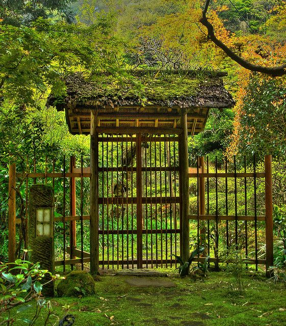 Entrance gate of Japanese garden in Kamakura - Gates and fences in Japanese gardens: http://www.japanesegardens.jp/elements/000108.php