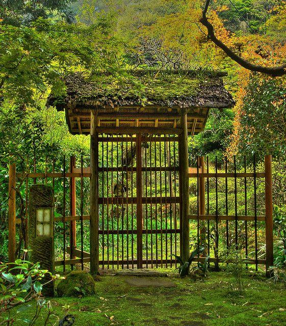 Entrance gate of Japanese garden in Kamakura - Gates and fences in Japanese gardens: http://www.japanesegardens.jp/elements/000108.php