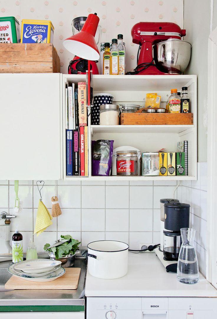 Snyggt med skrivbords/läslampan i köket.