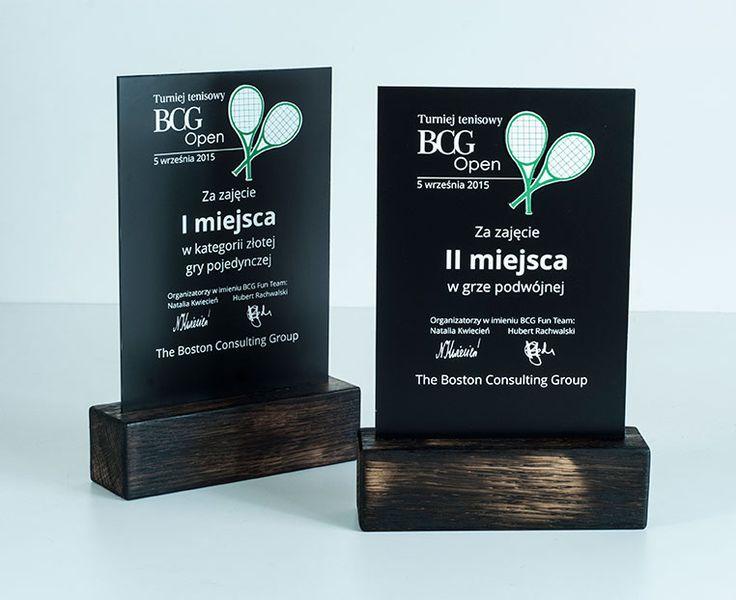 Statuetki wykonane na Turniej tenisowy BCG Open. Wykonane z drewna mocno wypalanego,pleksi czarnej grawerowanej,laminatu grawerskiego w zielonym kolorze.