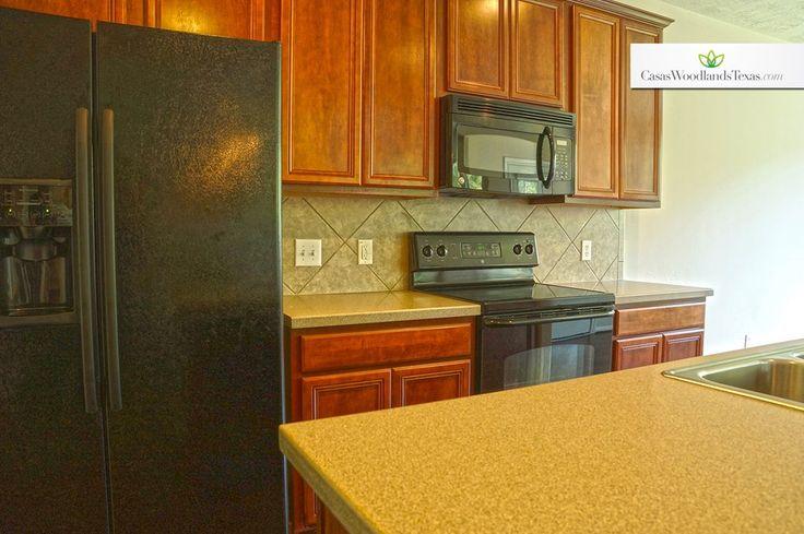 Electrodomésticos de acero inoxidable incluidos. #electrodoméstico #refrigerador #microondas #estufas #gabinetes #madera #corian #cocina