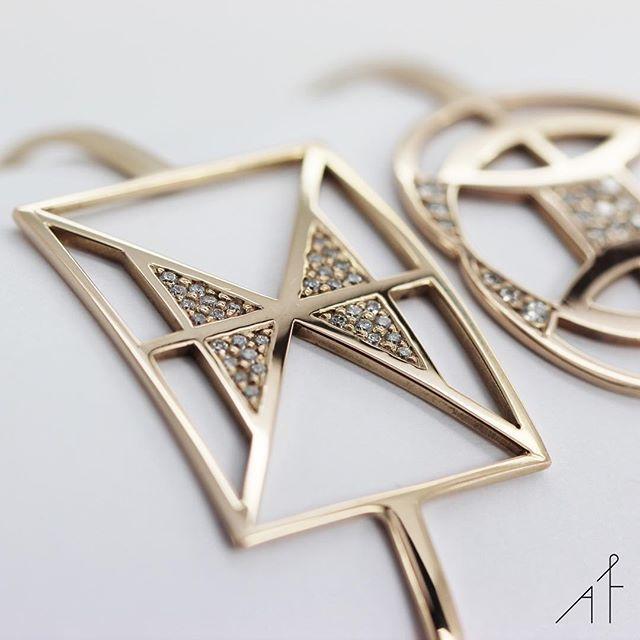 Combining fine craftsmanship with geometric design!⬛️⬜️  .  .  .  #afewjewels #fashion #style #amazing #gold #design #diamond #moda #beautiful #fine #instamood #instagood #geometric #love #colour #picoftheday #photoftheday #accessorise #summer #bracelet #shop #shoponline #cuff #gift