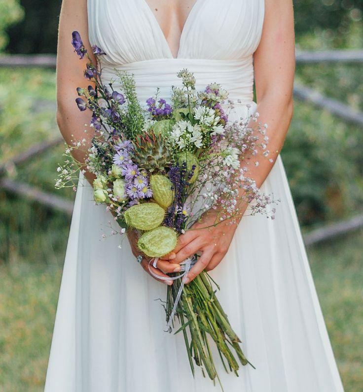 Ein schöner Brautstrauss in weiß, grün und lila Tönen. Foto von Alex Gerrard Photography
