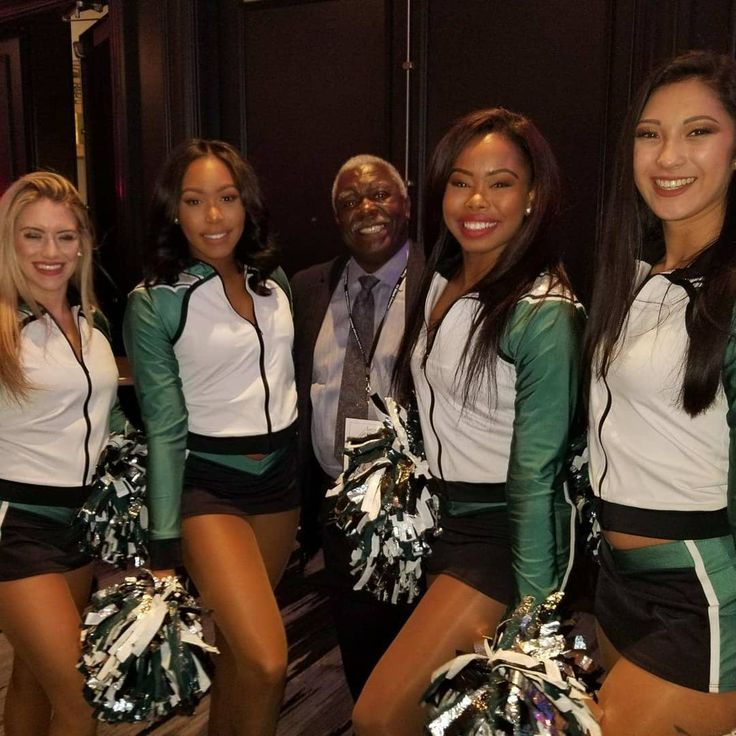 So my dad @nate8874 is representing his former player now NFL player Clayton Geathers at the Ed Block Award for Courage in Baltimore and he ran into these beautiful ladies! The Philadelphia Eagles Cheerleaders! #philadelphiaeagles #cheerleaders #flyeaglesfly #nfl #coach #carversbay #blackexcellence #momtookpicture #baltimore #innerharbor