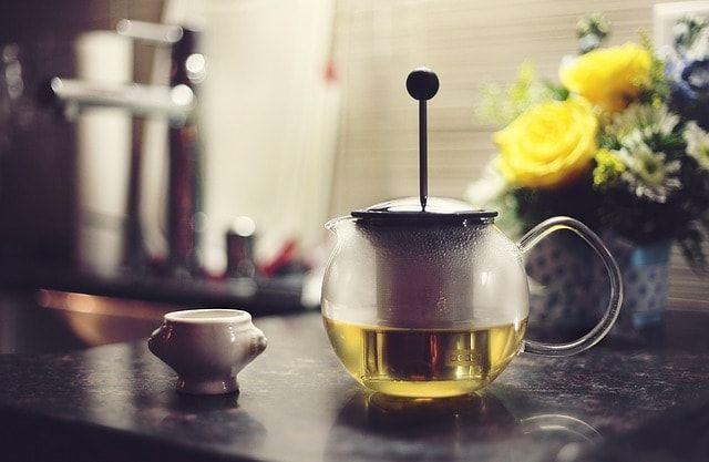 ...täglich vier Tassen grüner Tee den Fettstoffwechsel aktivieren. So lässt sich's leichter und besser abspecken.  http://teelux.de/teewiki/ueber-gruener-tee/haeufig-positiv-erwaehnt-der-gruene-tee/