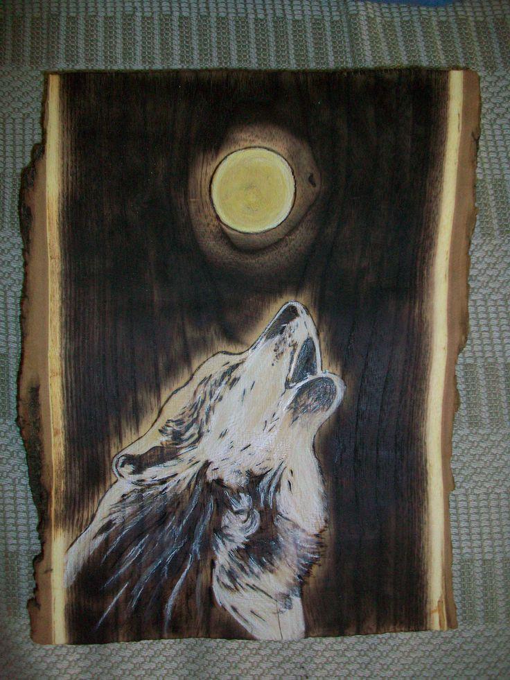 pirografia di lupo su fetta di tronco