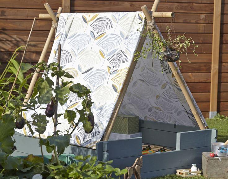 Créer un tipi pour les enfants dans le jardin. Customisation d'un carré potager avec du bois et des jolies toiles.