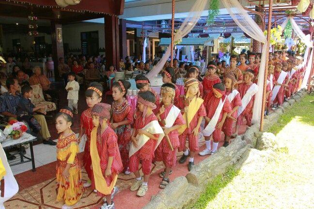Boys 'n girls in Toraja traditional dress