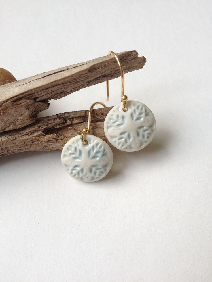 Porseleinen oorhangers gemaakt van de afdruk van een oude metalen knoop van Hart & Ziel Design | Selss.nl