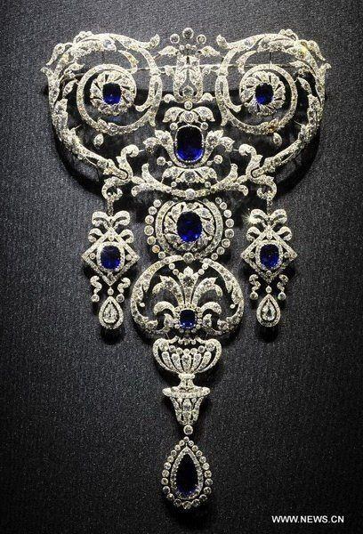 """Una hermosa devant de corsage en """"Estilo Guirlande"""" en la demostración en la exposición más grande jamás Cartier en París ahora."""