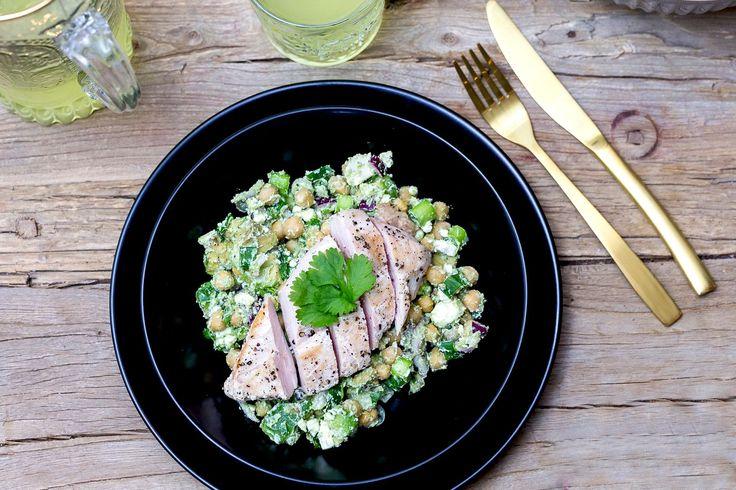 Good morgen! Jeg håper du er klar for litt kjapp, enkel og grønn middagsinspirasjon! Tanken var å lage denne salaten uten kylling, men Lars-Kristian ville ha noe mer enn bare salat, så da fikk mannfolket bestemme ;-) Du kan med andre ord fint lage den uten kyllingen, det velger du helt selv. til 2store+ 1…