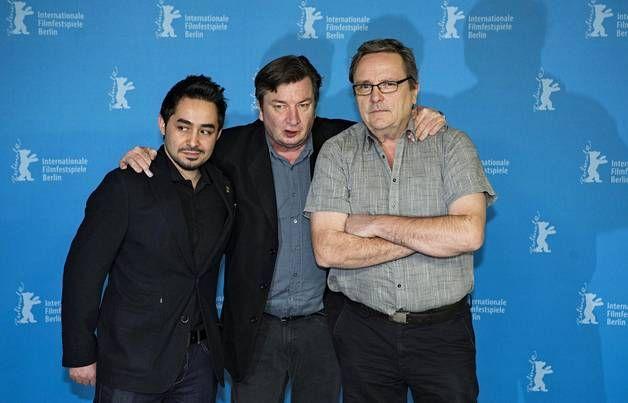 Aki Kaurismäki sekä Toivon tuolla puolen -elokuvan näyttelijät Sherwan Haji ja Sakari Kuosmanen.