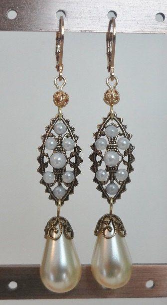 White Queen perle ovale boucles d'oreilles par tudorshoppe sur Etsy
