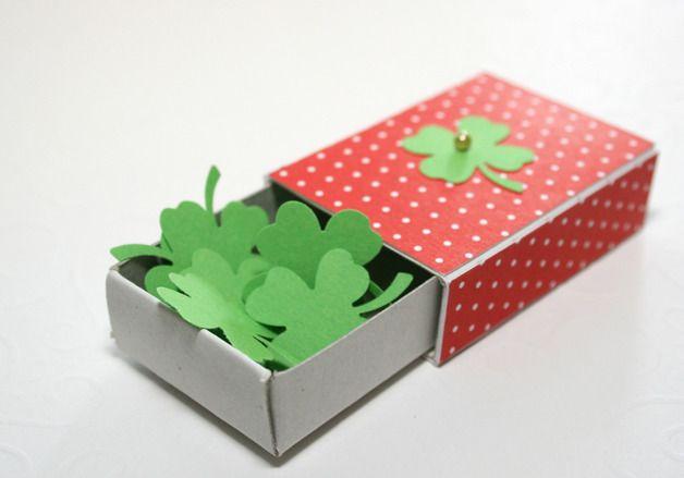 Eine süße kleine Glücks-Geschenkverpackung für jede Gelegenheit in Form einer kleinen Streichholzschachtel - gefüllt mit ein paar Kleeblättern die jedem Glück bringen :)  Als besonderes...