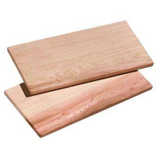Zedernholzbrett Smoky von Küchenprofi. Wer liebt ihn nicht?! Den klassichen, rauchigen Grillgeruch. Der Appetit ist sofort da und die Freude auf das Essen steigt und steigt...  Aber wozu dient das Zederholzbrett nun?  Zedernholz gibt in Verbindung mit Hitze ein ganz besonders rauchiges Aroma und gibt dem Fleisch oder Fisch den absoluten Geschmacks-Kick!