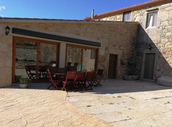 A CORUÑA, DUMBRIA. Casa Rural La Casa o Leiteiro. Antigua casa de labranza restaurada. Cuenta con 6 habitaciones (una   #HabitaciónAdaptada ), 5 baños, cocina, salón-comedor y  #lareira. Capacidad 12 personas (+2). Cuenta con un amplio #jardín con #barbacoa cubierta dentro de una finca con un pequeño riachuelo, una fuente y un #hórreo. Está cerca de sitios de interés como #Vimianzo,  #CabañaDeBergantiños, #Laxe, #Malpica, #CaboFinisterre y la ría de Muros y #Noya. #CasaRuralAccesible…