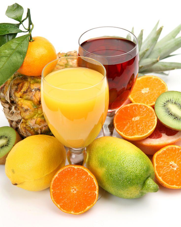SUCO DIURÉTICO  Indicação: a laranja funciona como diurético. A uva e a melancia são ricas em fibra, o que ajuda a eliminar as toxinas através das fezes e da urina.   Ingredientes: 1 laranja sem casca, 1 cacho médio de uvas verdes, 2 fatias de melancia, 1 raminho de hortelã  Modo de preparo: Na centrífuga, passe a laranja, as uvas e a melancia. Enfeite o copo com a hortelã.   #healthandnutritionsalvador