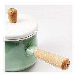 IKEA - KASTRULL, Kasserolle mit Deckel, Aus robustem, pflegeleichtem emailliertem Stahl mit guter, gleichmäßiger Wärmeleitfähigkeit; die Kochtemperatur lässt sich leicht regulieren.Die Tülle erleichtert das Ausgießen.Kann auf allen Kochfeldvarianten verwendet werden, auch auf einem Induktionskochfeld.Durch handlichen Holzgriff leicht zu heben und zu bewegen.Durch das geringe Gewicht lässt sich das Kochgerät leicht handhaben, auch wenn es mit Essen gefüllt ist.Bei aufgelegtem Deckel kocht der…