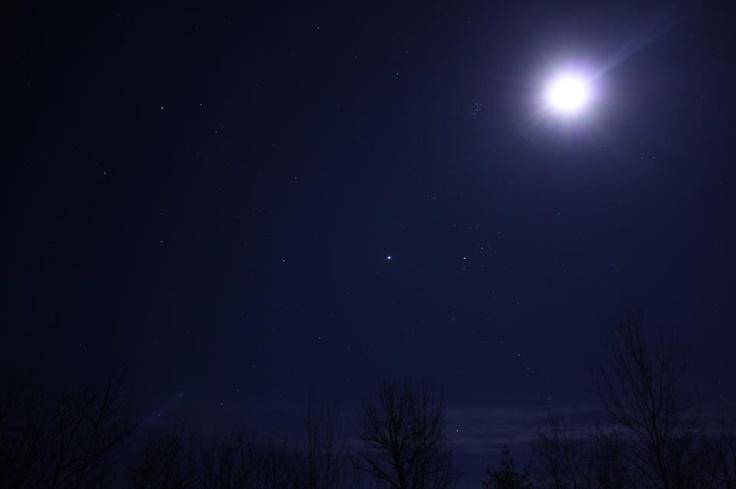 Moon near planet Jupiter and stars of Taurus on October 31 ...