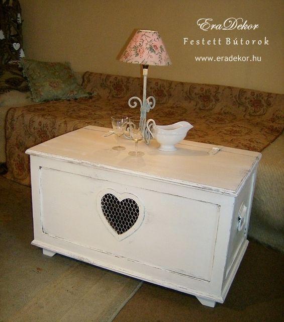 Provence-i stílus, vidéki hangulat. Kanapé melletti asztalként is használható antikolt fehér kincsesláda. Fotó azonosító: PROVSZIV10