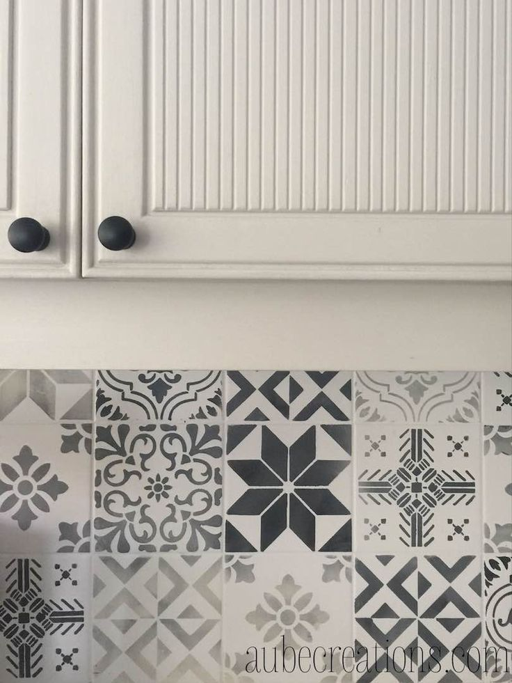 peindre carrelage mural avec des pochoirs pour un look carreaux de ciment à la marocaine / DIY how to paint old tiles with stencils and Annie Sloan Chalk Paint
