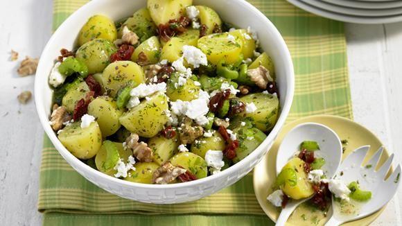 Walnüsse, Schafskäse, getrocknete Tomaten, Staudensellerie und natürlich Moorkartoffeln machen diesen Salat zu einem ganz besonderen Genuss.
