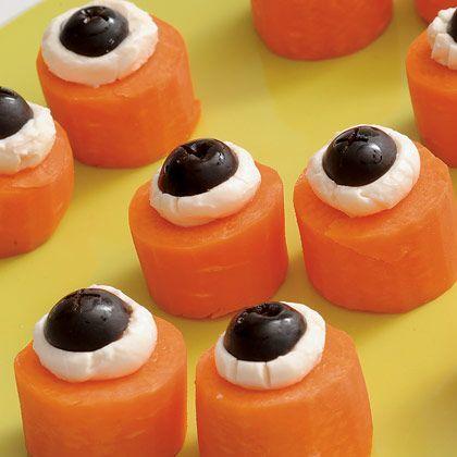 - coupe quelques carottes crues en rondelles assez épaisses - dépose une cuillère à café de fromage frais sur chaque morceau (type Philadelphia Cream Cheese ou St-Moret) - coupe des olives noires en deux et dispose une moitié sur chaque carotte