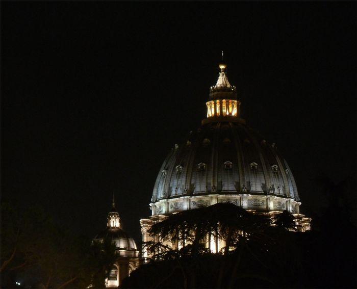 Nocturno. Cúpula de San Pedro desde los Museos Vaticanos.