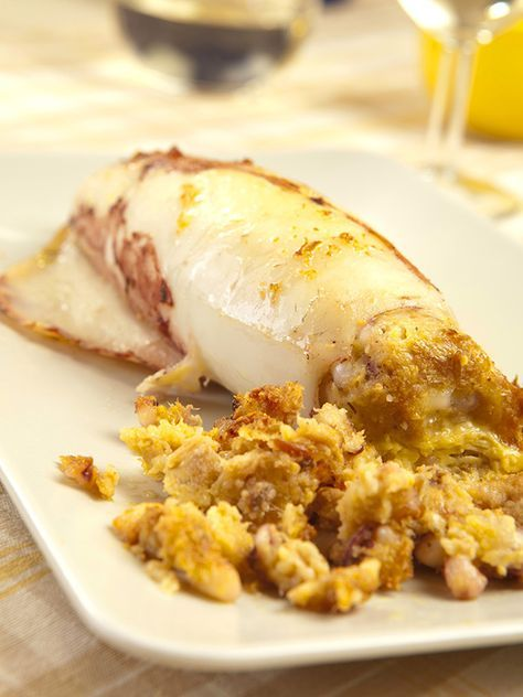Baked squid stuffed with tuna - I Calamari al forno ripieni al tonno sono una vera miniera di salutari proprietà. Anche se ricchi e consistenti, apportano molti nutrienti! #calamarialtonno