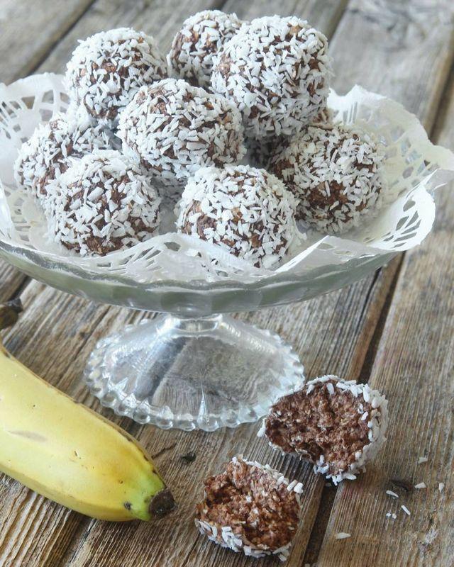 Smarriga havrebollar helt utan strösocker och smör. I stället innehåller de mosad banan vilket ger en söt, god smak! Ett perfekt alternativ när man vill dra ner på socker och fett. Bananerna ska vara