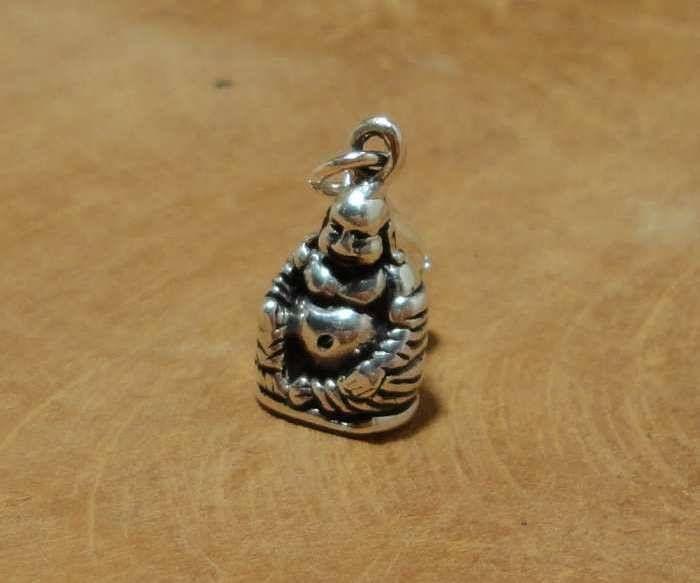 Fair Trade bedel uit Thailand gemaakt van sterling zilver (925) met een beeldje van happy Boeddha. Dit bedeltje is driedimensionaal. Deze dikbuikige Boeddha was volgens de legenden in China een monnik, die door het land reisde om het Boeddhisme aan anderen te leren. Hij was altijd gul en blij en daarom wordt hij de happy Boeddha genoemd. Deze Boeddha staat voor de brenger van geluk, succes, vruchtbaarheid, blijheid, welvaart en voorspoed.