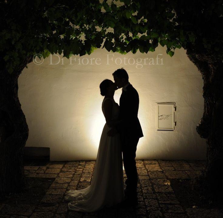 Fotografi matrimonio Napoli. Emozioni al matrimonio. Scatti fotografici romantici delle nozze. Bacio degli sposi.