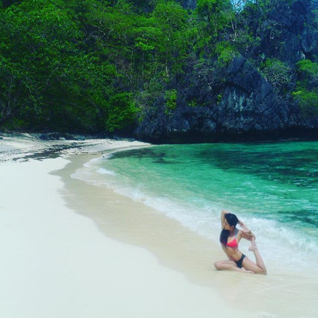 My most memorable mermaid asana ever struck after we kayaked for three hours through lagoons and finally found our perfect secluded beach in El Nido... Just another day in paradise for @amihanlife 😊🐬 #homesweethome #notasoulinsight #elnido #travelphilippines #travelasia #yogaeverywhere #dreamlife #paradise #strippedtomyskivvies #mermaidpose #yogalove #amihanlife
