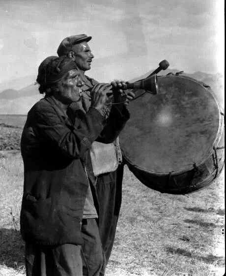 Kurdish Men ‎playing the oldiranic Instruments Dahol and Sūrnā. ‎Already the Chronicler Ibn Hurdadbih who died in 912 ‎wrote the Invention of these two Instruments to the Iranians.