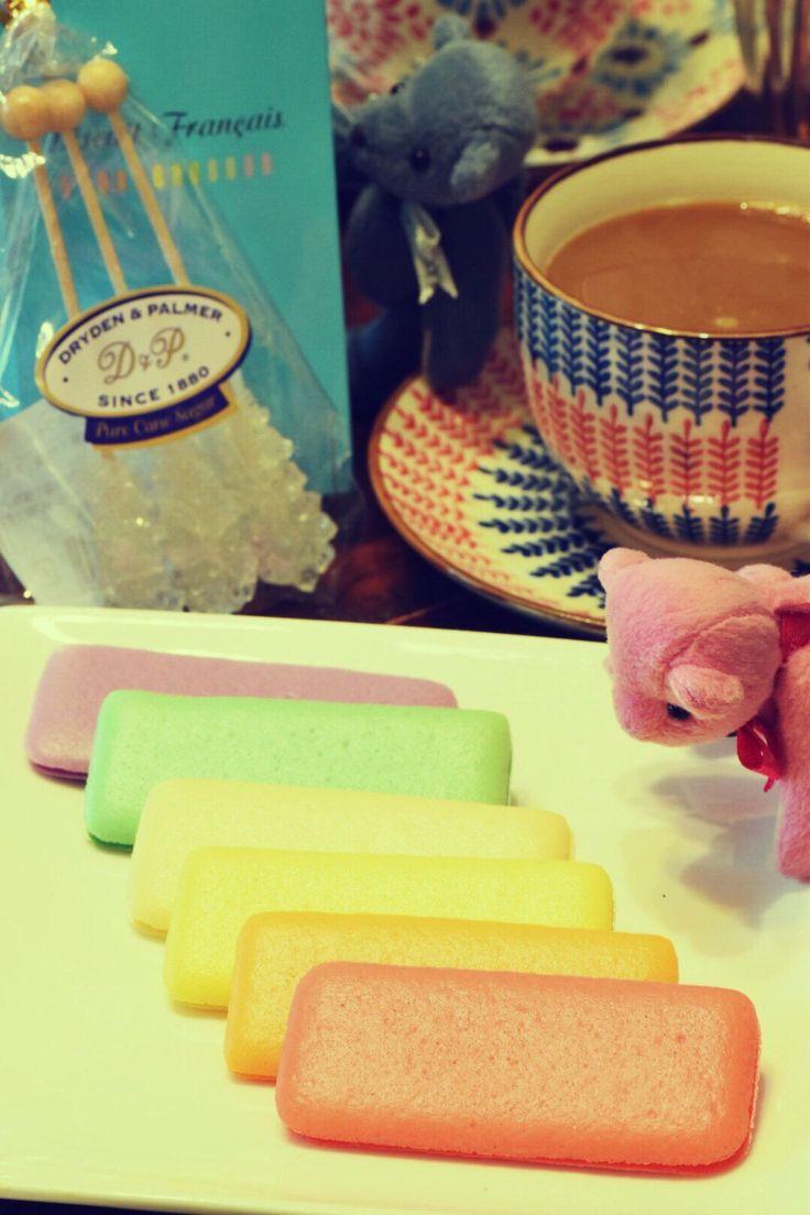 おはようございます☕️ 夏のビスキュイ・フランセ☕️ フランセ☕️ パステルカラーがかわいい( ^ω^ ) フルーツ香料を使ってそれぞれの色にぴったりなフレーバーがついてる。手前からピーチ、パッションマンゴー、パイン、ココナッツ、メロン、ブルーベリー。  #コーヒー #クマ #カフェ #お菓子 #夏の#ビスキュイ・フランセ