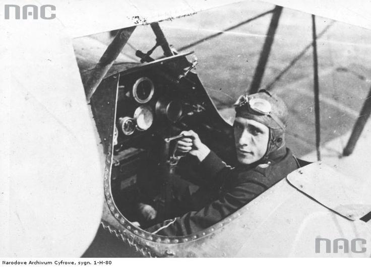Kowalski, lotnik , porucznik - fotografia sytuacyjna w kabinie samolotu