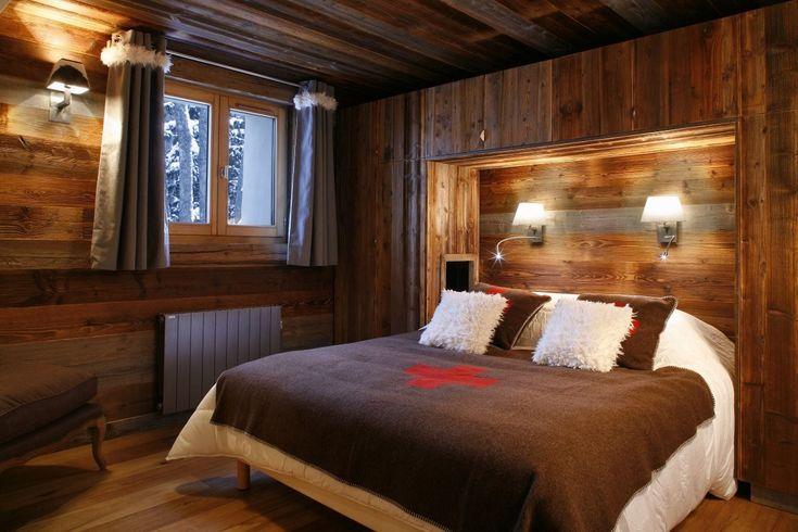 Schlafzimmer Komplett aus Holz. In der Mitte des Zimmers