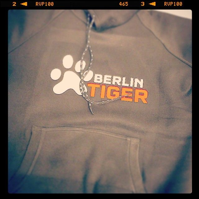 Berlin Tiger wear 43basketball. Gotta be the fall of the great wall. Thank you Micha! #mauerfall #forthree #basketball #berlin #berlintiger (hier: FOR THREE 43 Basketball)