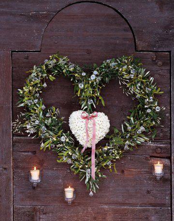 Couronne de jacinthe en forme de coeur avec un ruban et des branches d'olivier sur une porte / Hyacinth wreath