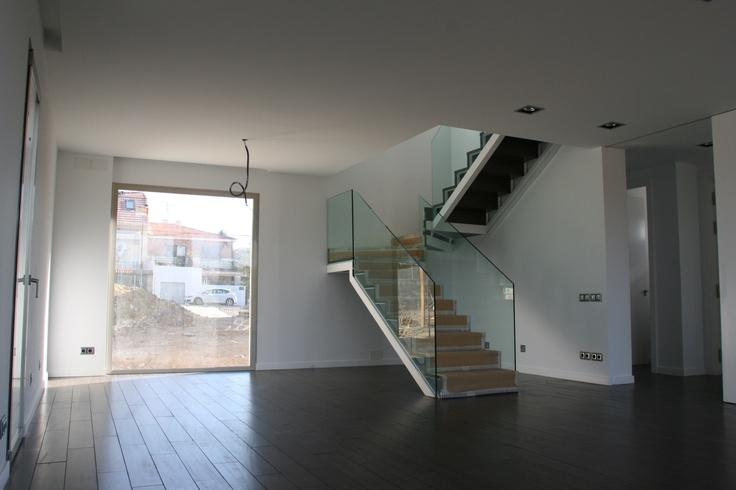 Interior de vivienda modular escalera metalica con barandilla de vidrio escaleras con vidrios - Escaleras para viviendas ...