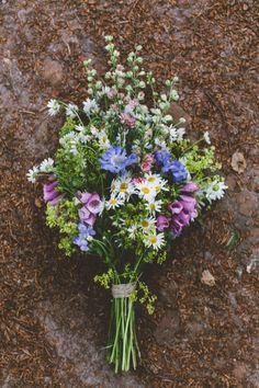 bohemian wedding in - Florist One  bohemian wedding in the woods, wild forest flowers bouquet, daisies, foxgloves / photo by OAK&FIR / styling by inspire styling Dream Designs Florist  http://47flowers.info/bohemian-wedding-in/