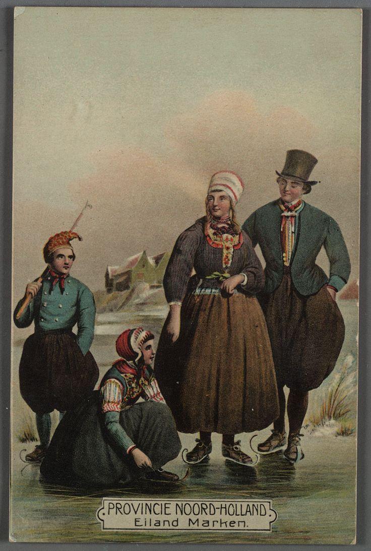 Marken. Gezin op ijs 1910-1920 Links staande jongen, met pikhaak over rechter schouder. Meisje knielt om schaats onder te binden. Rechts man en vrouw. Jongen in kniebroek en hemd, halsdoek en puntmuts. Meisje rok en lijfje, hemd, mouwen en bauw, kap. De vrouw draagt een rok en schort, een jak en een halsdoek en heeft op het hoofd een ronde kap. De man draagt een kniebroek en een jas over een hemd, hij heeft een halsdoek rond de nek en draagt een hoge hoed op het hoofd. #NoordHolland #Marken